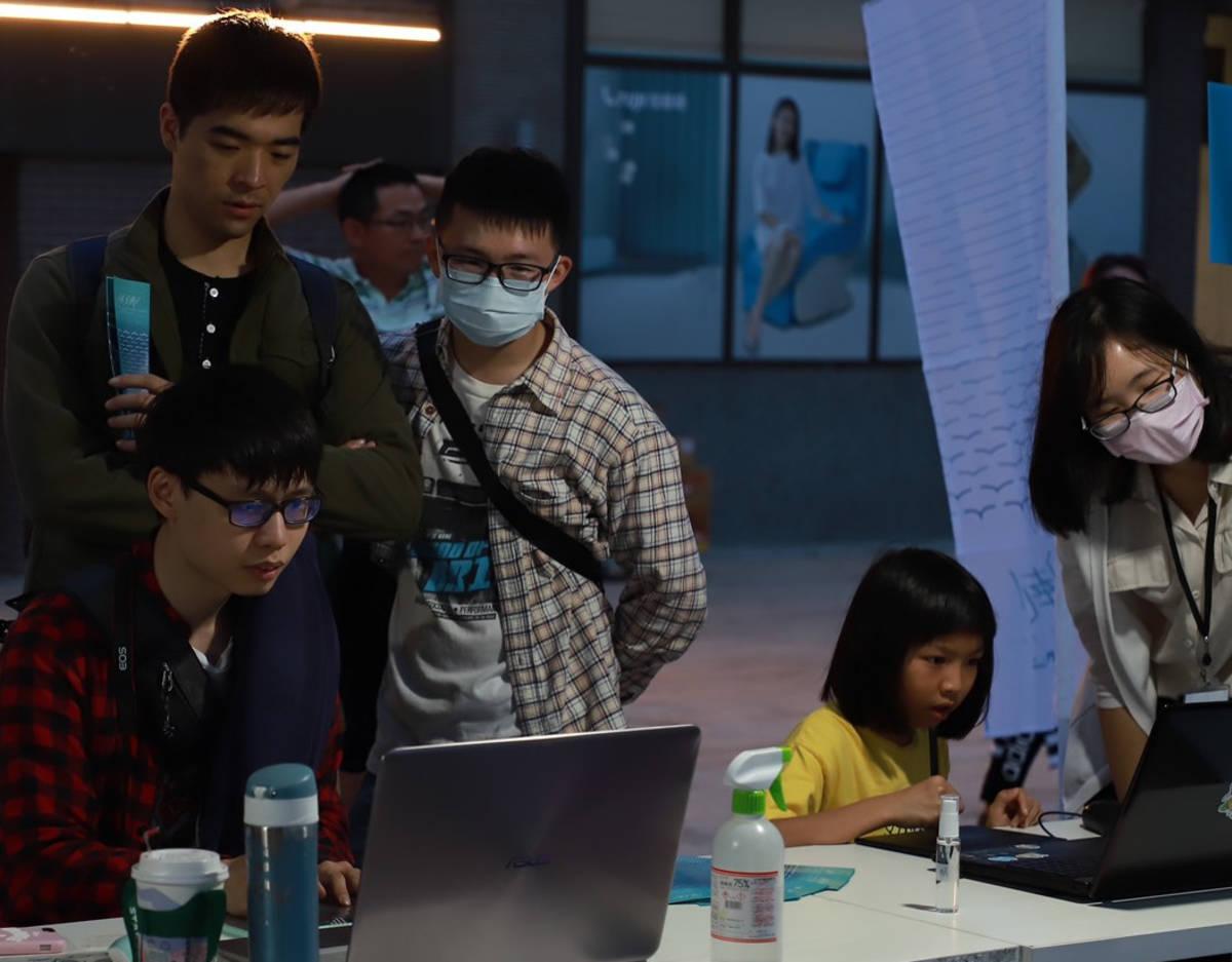 國立臺東大學數位媒體與文教產業學系學生,利用228連假進行畢業展校外宣傳。
