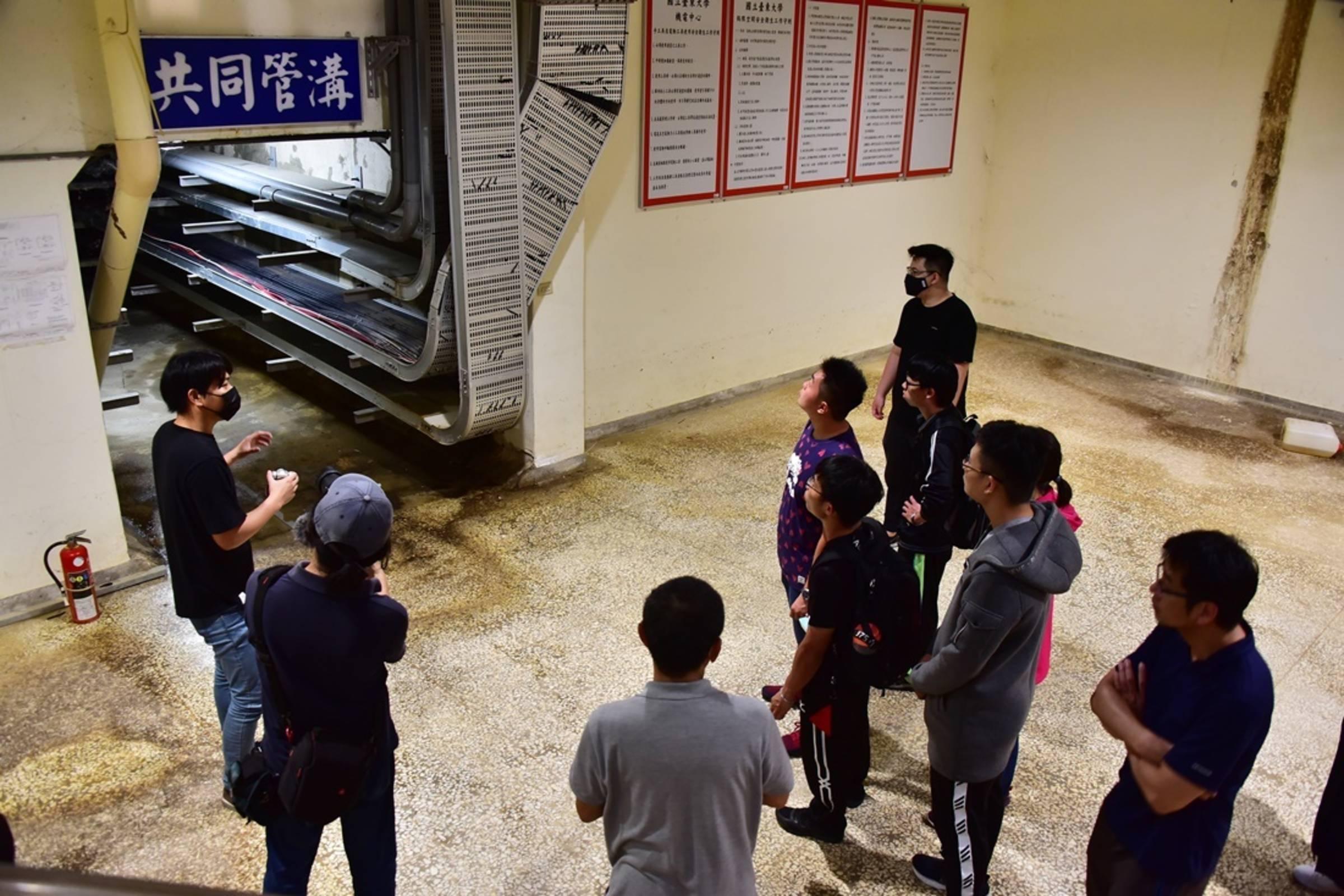 臺東大學校園生態環保之旅帶領師生一窺神秘的地下共同管溝真面目。