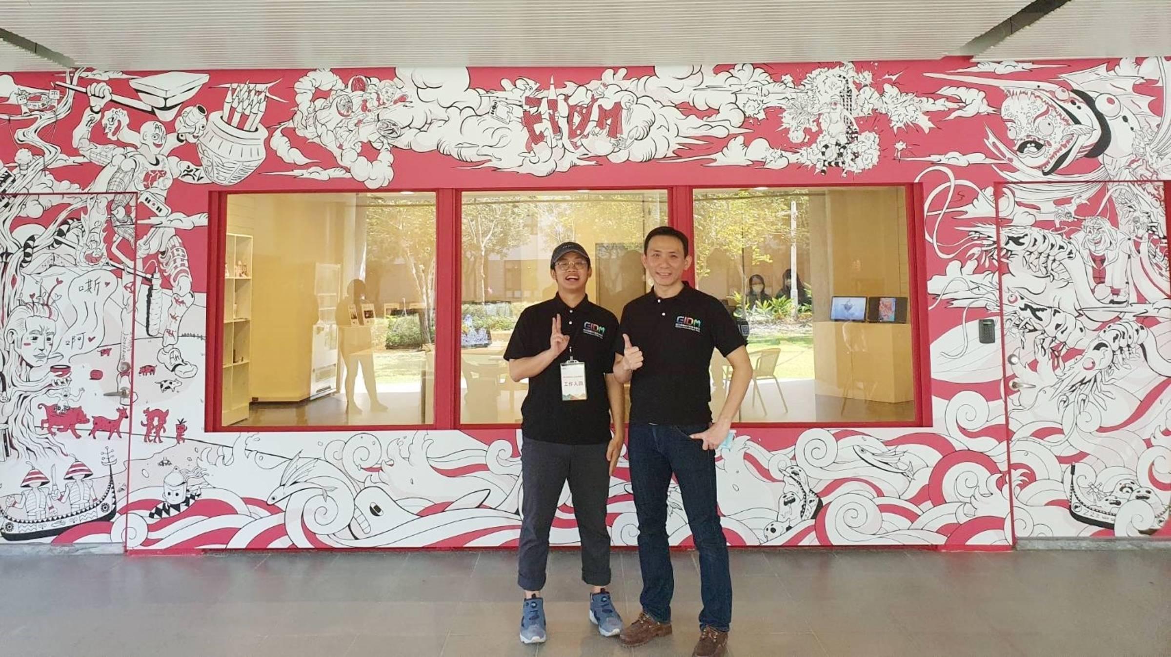 創思行外觀設計學生黃琮舜(左)與數媒系主任賀俊智(右)合影。