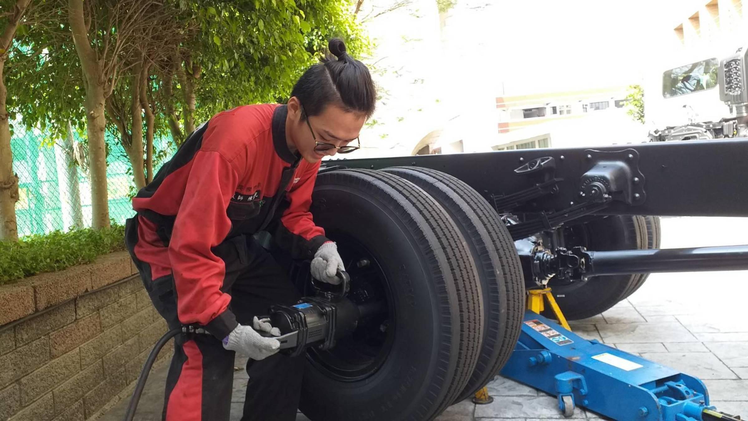 現場示範大型連結車基本保養操作-更換輪胎。