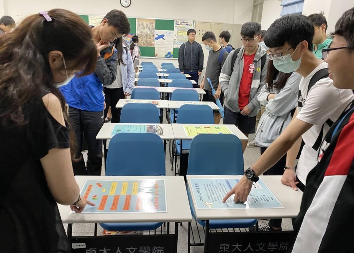 國立臺東大學通識教育中心英文組為呈現學習成果,日前在校內鏡心書院舉辦「英語文表達法海報展覽」。