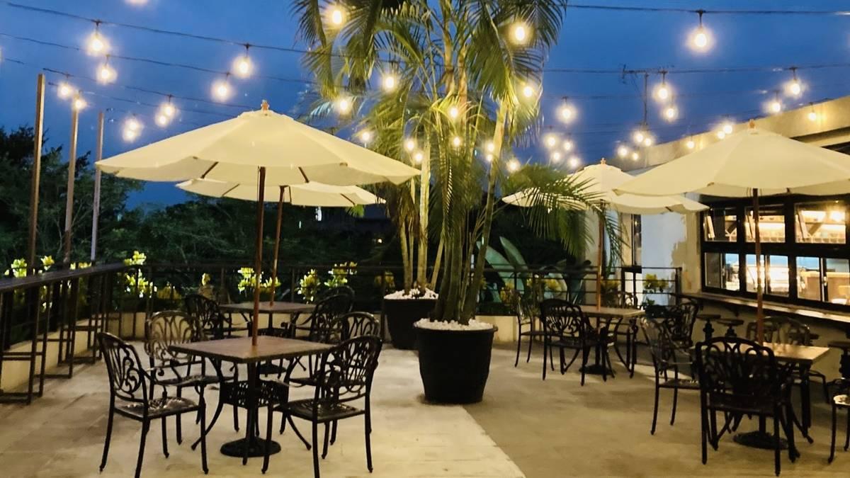 臺東大學「TTU fun」空間外廣場則設置陽傘座位區及花檯,提供戶外交流討論空間。
