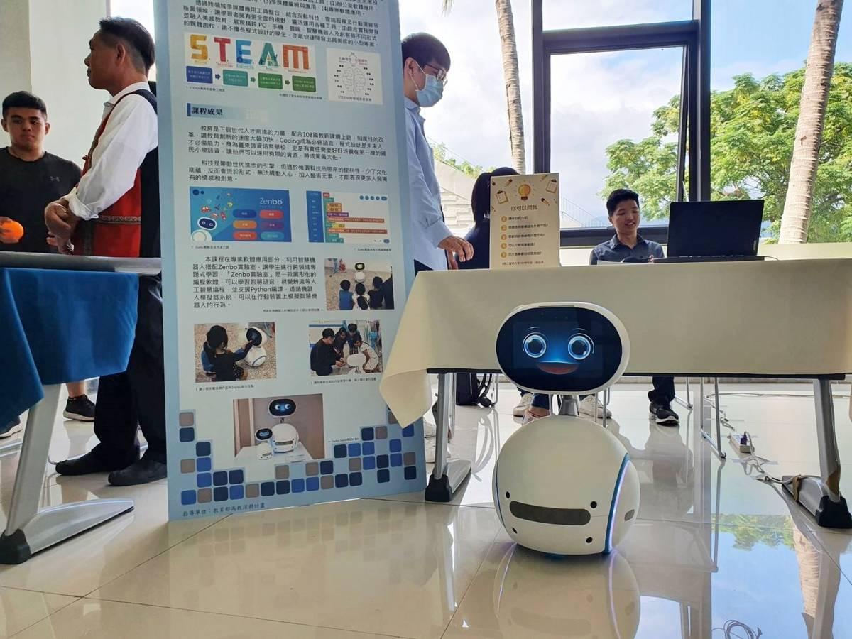 電子多媒體應用課程攤位設置Zenbo機器人與參觀師生趣味互動。