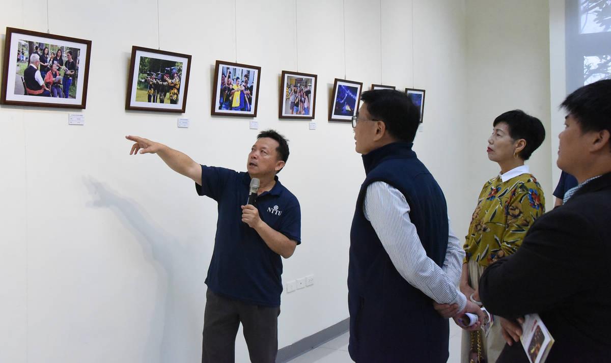 三動四安攝影展正在臺東大學圖書館資訊棟1樓湖畔講堂外廊展出