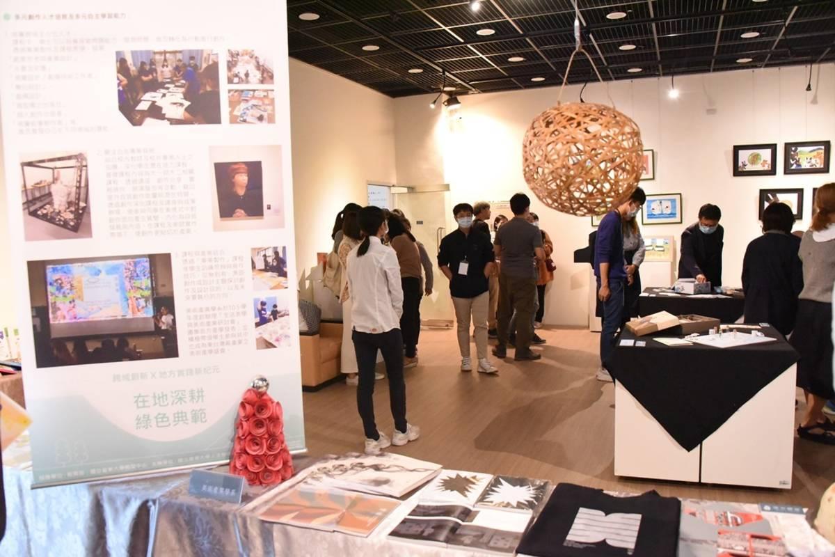 臺東大學人文學院舉辦高教深耕計畫成果展,呈現人文學院7系所的教學創新成果,也展出首屆「東臺灣人文創新創意競賽」獲獎作品。